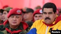 Nicolás Maduro, derecha, ordenó la reducción del personal diplomático estadounidense y señaló que deben notificar cualquier reunión con la oposición.