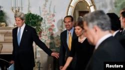 克里(左)與卡塔爾首相哈馬德(左二)