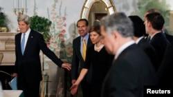 Američki državni sekretar Džon Keri dolazi sa katarskim premijerom, šeikom Hamadom bin Jasimom al-Tanijem na sastanak sa članovima Arapske lige, u Vašingtonu