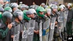 柬埔寨防暴警察準備應對反對黨支持者示威 (資料圖片)