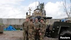 Sejumlah tentara AS sebelum upacara serah-terima dari pasukan koalisi pimpinan AS kepada Pasukan Keamanan Irak sebagai bagian penarikan pasukan koalisi, di istana kepresidenan Nineveh, di Nineveh, irak, 30 Maret 2020.