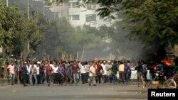 13일 방글라데시 다카 지역에서 자마트-에-이슬라미당 지지자들이 압둘 카데르 몰라 의원의 처형에 항의하고 있다.