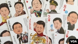 """中国商店出售的一副""""中国梦""""众官图扑克牌,习近平是""""大王"""",但英语这张牌是JOKER,也就是""""小丑""""。"""