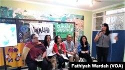 Koalisi Golongan Hutan - terdiri dari beragam organisasi nirlaba pemantau lingkungan hidup dalam jumpa pers di Jakarta, Jumat, 15 Februari 2019. Koalisi Golongan Hutan meminta kedua calon presiden, yakni Joko Widodo dan Prabowo, untuk menyampaikan gagasa
