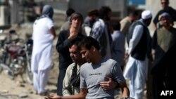 Một người đàn ông Afghanistan bật khóc trong lúc tìm kiếm người thân gần trại Integrity bị Taliban tấn công, ngày 8/8/2015.