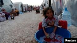 一名敘利亞難民在難民營中洗衣的資料照。