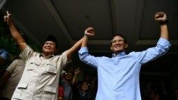 Prabowo Subianto (kiri) dan Sandiaga Uno setelah konferensi pers menanggapi hasil rekapitulasi pilpres 2019 di Jakarta, Selasa, 21 Mei 2019. (Foto: Antara via Reuters)