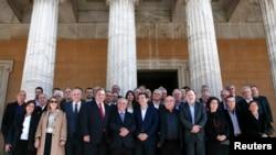 Премьер-министр Греции Алексис Ципрас (в первом ряду в центре) с членами нового кабинета министров страны. Афины. 28 января 2015 г.