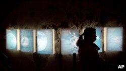 一位女士走过北京科技馆的登月展览。(2013年12月15日资料照)