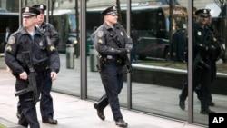 Polisi Boston berpatroli di sekitar lokasi kejadian di Boston (15/4).