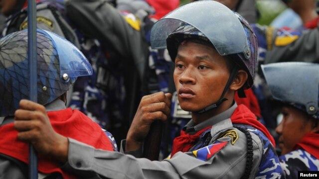 Policemen arrive in their vehicle during fighting between Buddhist Rakhine and Muslim Rohingya communities in Sittwe June 10, 2012.