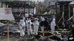 Binh sĩ và các nhà điều tra tại hiện trường vụ nổ chợ pháo hoa San Pablito, ngoại ô thành phố Mexico, 21/12/2016.