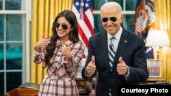 Presiden AS Joe Biden dan penyanyi Olivia Rodrigo mempromosikan vaksinasi bagi kaum muda di Gedung Putih.