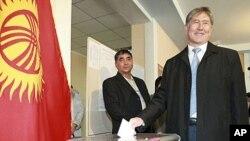 ອະດີດນາຍົກລັດຖະມົນຕີ ແລະຜູ້ສະມັກແຂ່ງຂັນປະທານາທິບໍດີກຽກກິສຖານ ທ່ານ Almazbek Atambayev ປ່ອນບັດຂອງທ່ານ ຢູ່ໜ່ວຍເລືອກຕັ້ງ ໃນນະຄອນຫລວງ Bishkek. ວັນທີ 30 ຕຸລາ 2011.