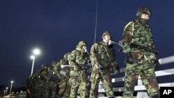 韩国海军陆战队员在延坪岛上巡逻