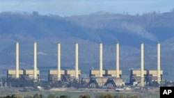 The Hazelwood power station billows smoke from its exhaust stacks in the Latrobe Valley, 150km east of Melbourne, 13 Aug 2009