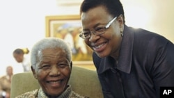 This photo shows former South African President Nelson Mandela and his wife Graca Machel at his home in Johannesburg, May 16, 2011 (file photo). (AP)