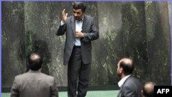 روز امتحان؛ احمدی نژاد به ایستگاه مجلس رسید