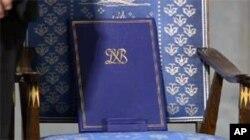 诺贝尔奖证书和奖章放在为刘晓波设置的空椅子上