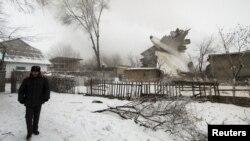 ຕຳຫຼວດຄົນໜຶ່ງຢືນຍາມບໍລິເວນ ອຸບັດຕິເຫດເຮືອບິນ ຂົນເຄື່ອງຂອງ ເທີກີ ຕົກ ໃກ້ໆກັບສະໜາມບິນ Manas ນອກນະຄອນຫຼວງ Bishkek, ປະເທດ Kyrgyzstan. 16 ມັງກອນ, 2017.