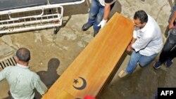 Les gens reçoivent les corps de leurs proches dans la ville tunisienne de Sfax après que plus de 50 migrants se soient noyés en Méditerranée la veille, la majorité au large des côtes tunisienne et turque, le 4 juin 2018.