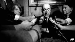 Ông Neruda nổi tiếng vì những thiên tình ca, được trao Giải Nobel Văn chương vào năm 1971.