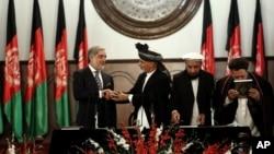 Tân Tổng thống Afghanistan Ashraf Ghani Ahmadzai (thứ nhì từ trái) bắt tay với người đứng đầu hành pháp Abdullah Abdullah trong buổi lễ nhậm chức tại dinh tổng thống ở Kabul, 29/9/14