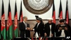 Yeni Afgan Cumhurbaşkanı Gani ve Yardımcısı Abdullah yemin töreninde el sıkışırken