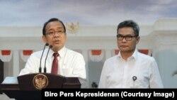 Mensesneg Pratikno didampingi juru bicara Presiden Johan Budi SP menyampaikan keterangan pers di Kantor Presiden, Senin, 15 Agustus 2016. (Foto: Biro Pers Kepresidenan)