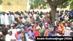 Les retraités civiles, militaires, veuves et orphelins en assemblée générale à la bourse du travail de N'Djamena, le 14 octobre 2017. (VOA/André Kodmadjingar)