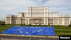 Arhova - Velika zastava EU ispred sedišta rumunskog parlamenta, tokom obeležavanja Dana EU, u Bukureštu, 9. maja 2013.