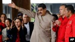 Presiden Venezuela Nicolas Maduro melambaikan tangan ke arah para pendukungnya di Gedung Nasional, Caracas, 3 Mei 2017.