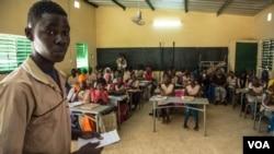 Des élèves dans une classe au lycée de Thiès, au Sénégal, 9 février 2018. (VOA/Chika Oduah)