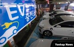 한국전력이 서울 용산구에 설치한 전기자동차 충전소. 한전은 전국 한전 사업소, 공공 주차장, 대형마트, 공동주택 등에 만든 충전소 1천560기를 지난 3일부터 유료 운영하고 있다.