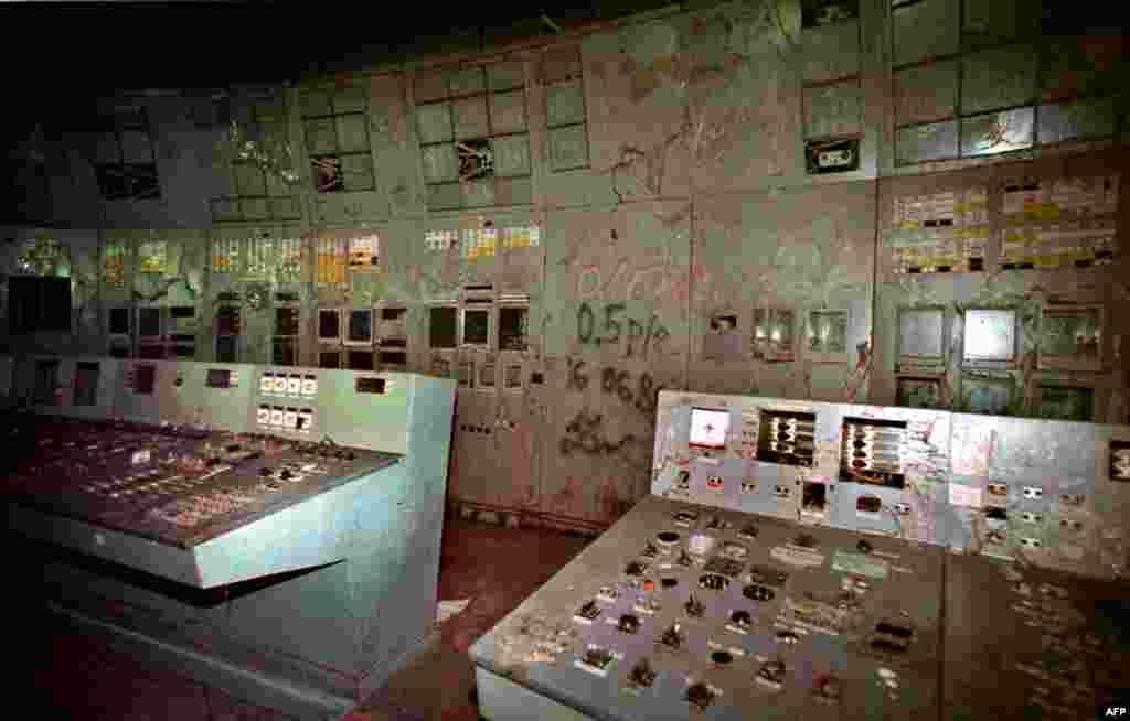 Оборудование реактора №4, поврежденное при взрыве. 10 ноября 2000 год