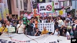 香港民众抗议政府替补法游行,准备出发