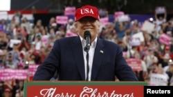 Presiden terpilih Donald Trump berbicara di hadapan rapat umum di kota Mobile, negara bagian Alabama, hari Sabtu (17/12).