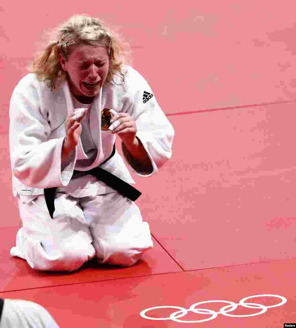 Entre lágrimas la alemana Kerstin Thiele celebró su victoria ante la china Chen Fei en la semi final de judo de mujeres de menos de 70 kilos.