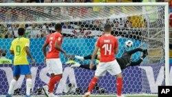 دروازه بان سویس نتوانست مانع این ضربۀ توپ مهاجم برازیلی شود.