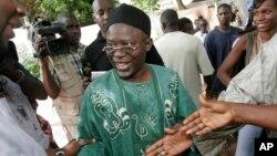 Mgombea urais wa upinzani Ousainou Darboe akiwalaki wafuasi.