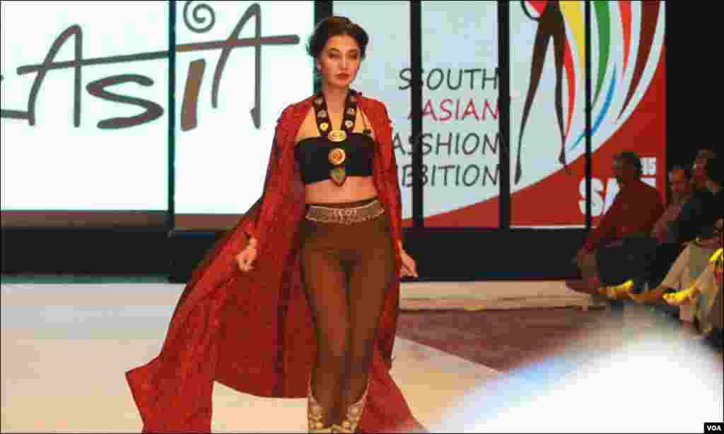 فیشن شو مین پاکستان کے مشہور و معروف ڈیزائنر نے اپنے ملبوسات پیش کئے