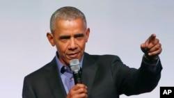 Mantan Presiden Obama berpidato di hadapan pengunjung, sebagai pembicara terakhir dalam pertemuan puncak Yayasan Obama di Chicago, 1 November 2017.
