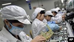 富士康員工在生產線上工作(資料圖片)