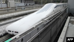 Tàu đệm từ cao tốc 7 toa của Tập đoàn Đường Sắt Nhật Bản trở về ga sau khi lập 1 kỷ lục thế giới mới trong 1 lần thử chạy gần núi Phú Sỹ hôm 21/4.