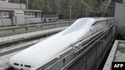 Maglev voz Centralne japanske železnice vraća se u stanicu nakon što je oborio svetski rekord u brzini, 21. aprila 2015.