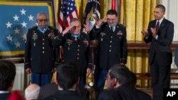 Junto al presidente los únicos sobrevivientes condecorados con la Medalla de Honor: Melvin Morris, José Rodela, y Santiago J. Erevia