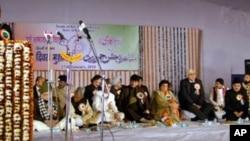 لال قلعے کے مشاعرے مین اسٹیج کا منظر، مائیک پر شریف الحسن نقوی ہیں
