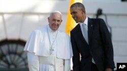 Tổng thống Hoa Kỳ Barack Obama đứng cạnh Đức Giáo Hoàng tại sân cỏ phía Nam Toà Bạch Ốc, ngày 23/9/2015.