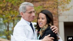 Bác sĩ Anthony Fauci, Giám đốc Viện Dị ứng và Các bệnh truyền nhiễm, ôm cô Nina Phạm khi cô được cho xuất viện sau khi chữa khỏi bệnh Ebola, ngày 24/10/2014.