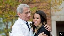 Dr. Anthony Fauci direktur Institut Nasional Amerika bagi Alergi dan Penyakit-penyakit Menular memeluk Nina Pham, suster pertama yang didiagnosa Ebola, di luar National Institutes of Health di Bethesda, Maryland, Jumat, 24 Oktober 2014.